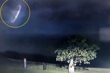 """雷雨黑夜、闪电交错,澳警方意外拍摄到""""立体UFO"""""""