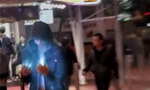 视频拍到香港惊现蓝光人,在十字路口瞬移救人,独家真相揭秘