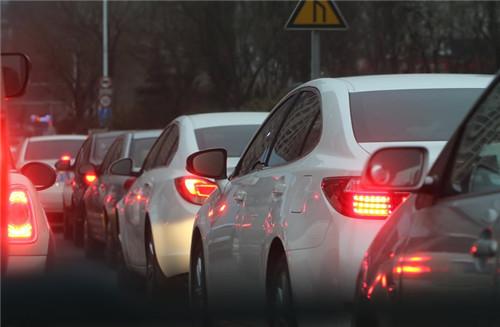 为什么堵车或排队时,总认为另外一边比较快?科学答案