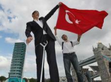 世界第一高人苏尔坦·科森身高2.47米,与老婆身高差77cm