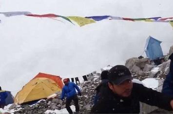 尼泊尔大地震引发珠穆朗玛峰雪崩 登山客拍下的恐怖一刻曝光