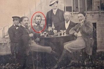 1887年黑白照片中发现荷兰印象派大师梵高真身?