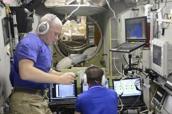 《眼科学纪要》:NASA专家研究发现泳镜有助于解决宇航员视力受损问题