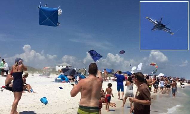 """美国海军""""蓝天使""""飞行表演队飞机低空飞越佛罗里达海滩 将游客帐篷卷上天空"""