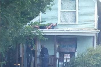 美国嫌疑犯爱德华·马丁(Edward Martin)爬上房顶成功躲避警察视频爆红网络