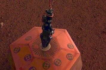 洞察号着陆器在火星表面安装地震仪