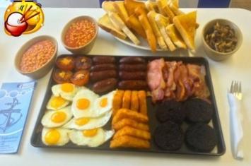 英国大胃王挑战 半小时内鲸吞7500卡路里