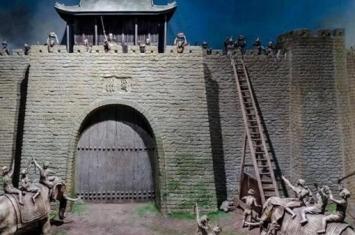 为何守城士兵不推倒攻城梯?非要拿石头往下扔了