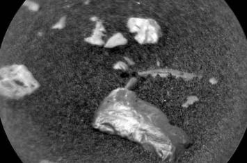 """""""好奇""""号在火星表面发现不同寻常的闪闪发光物体""""小科伦赛岛"""""""