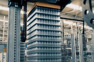 全世界最大的玻璃厂,从开工就没停止过(每天可产200万个瓶子)