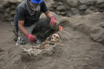 """考古学家在秘鲁1900年历史墓地出土有""""多余""""肢体的人类骸骨"""