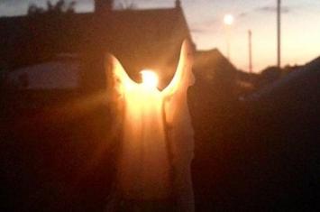 """英国女子夜晚点燃蜡烛惊奇发现""""六翼天使"""""""