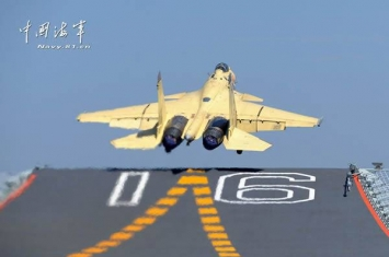 歼-15舰载战斗机多批次在航空母舰辽宁舰起降飞行训练