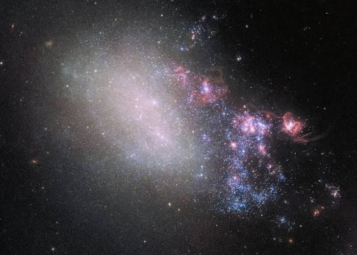 哈勃太空望远镜摄下猎犬座不规则星系NGC 4485与相邻NGC 4490茧星系碰撞