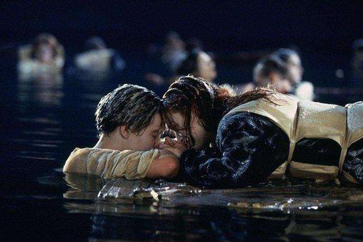 泰坦尼克号撞到冰山后,为什么乘客不到冰山上避难?