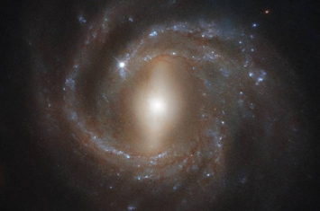 """""""龙的眼睛"""":哈勃太空望远镜拍摄3.93亿光年外飞马座中的NGC 7773星系"""