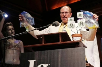 """""""科学幽默杂志""""公布本年度搞笑诺贝尔奖:科学家研蜜蜂螫阴茎最痛获奖"""