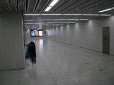 地铁最后一班车不拉人,夜班车拉鬼不拉人/是灵魂列车