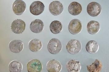英国萨福克郡田野出土60枚古罗马第纳里乌斯银币 或与英格兰布狄卡女王起义有关
