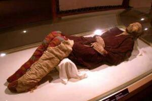 新疆扎滚鲁克古墓群且末干尸,挖出169个千年干尸(保存完好)
