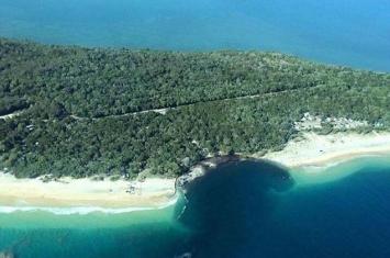 澳洲昆士兰彩虹海滩附近露营营地突然出现百米巨坑 吞没汽车200人速逃