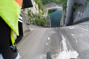 斯洛文尼亚极限运动爱好者普利莫斯(Primoz)骑单车从200米高大坝上直冲而下