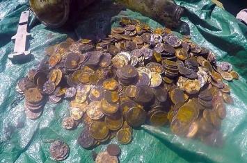 潜水员在新西兰惠灵顿港海床清理发现深藏海底的868枚金币