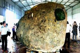 世界上最大的翡翠原石,重达3千吨/长35米(体积太大无法开采)