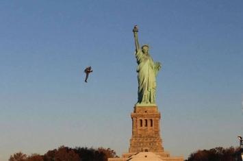 澳洲飞行器制造者驾驶自制飞行推进器飞近美国纽约自由神像