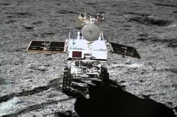 """中国玉兔二号月球车成功自主""""唤醒"""" 在月球背面撞击坑发现不明胶状物质"""