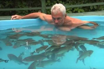 《河中巨怪》主持人Jeremy为证明食人鱼不食人直接跳进鱼池